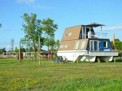 Houseboat Garden (LIG220)