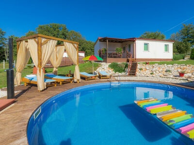 Resort Jelovci, Maison 6 personnes à Tinjan