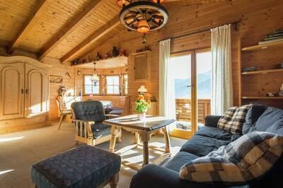 Charmant chalet en bois avec balcon à Walchen