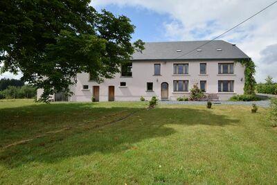 Maison de vacances chaleureuse à Léglise avec grand jardin