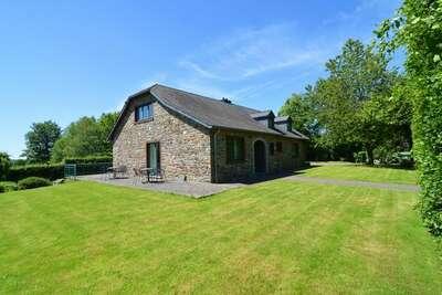 Charmante maison de vacances en pierre avec jardin, barbecue couvert, bar et sauna à Robertville