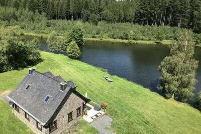 Maison de vacances cosy avec lac privé à Bellevaux