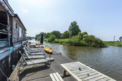 Beau bateau avec terrasse près du lac à Merkem