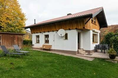 Maison de vacances dans la forêt de Thuringe avec poêle en faïence, jardin clos et terrasse
