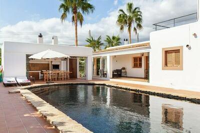 Magnifique villa avec piscine privée dans la ville d'Ibiza