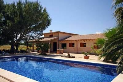 Maison de campagne moderne avec piscine et vue sur la montagne à 2 km de la mer
