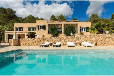 Villa individuelle à Ibiza avec de superbes vues sur les collines