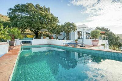 Villa moderne avec piscine privée à Moclinejo