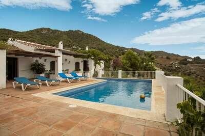 Demeure moderne avec piscine à Frigiliana en Espagne