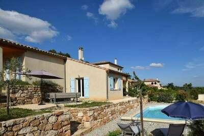 Villa moderne avec piscine privée à Joyeuse France