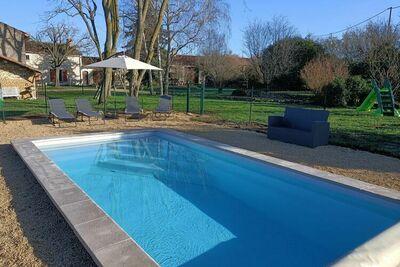 Cottage Spacieux à Saint-Jean-de-Sauves avec Terrasse