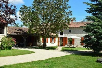 Mas du 18ème siècle avec grande terrasse couverte, proche Poitiers et Chinon