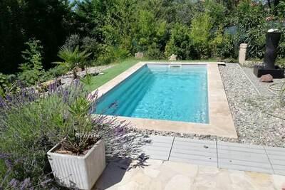 Maison de vacances romantique avec petite piscine privée, située en Provence.