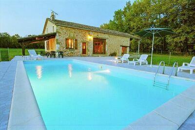 Maison de vacances panoramique à Biron avec piscine privée