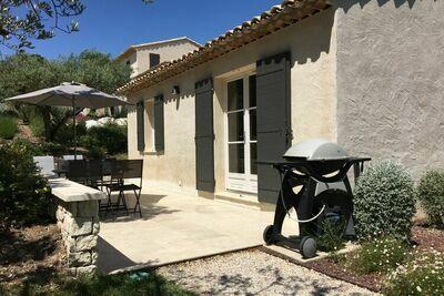 Gite provençal indépendant avec piscine et jardin paysagé