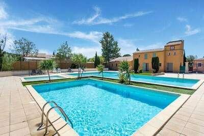 Maison de vacances confortable avec piscine, jardin, terrasse, étang