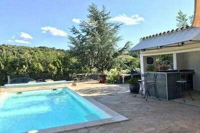 Belle villa avec piscine privée chauffée, située à Roquebrun