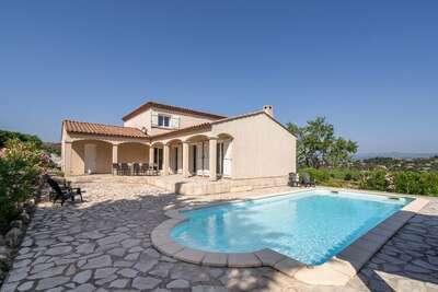 Jolie villa à Oupia avec piscine privée