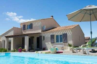 Villa spacieuse avec piscine privée entourée de vignes