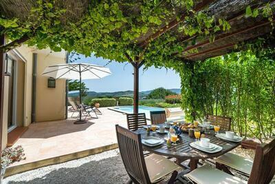 Villa spacieuse avec piscine et jardin privés