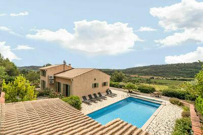 Villa séduisante avec piscine privée à Cébazan