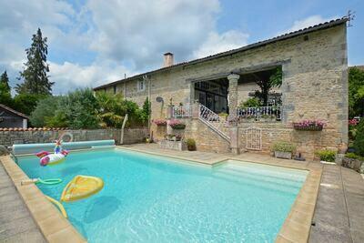 Maison de vacances cosy à La Forêt-de-Tessé. Piscine privée