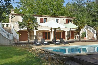 Splendide villa avec piscine à Saint-Paul-en-Forêt