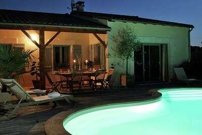Villa de luxe avec terrasse couverte dans le Chalais rural