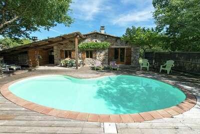 Maison de vacances ancienne avec piscine en Ardèche