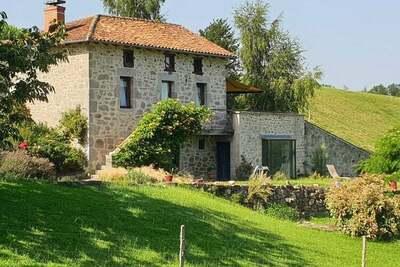 Belle demeure en pierre avec jacuzzi, sauna et piscine dans le Cantal.