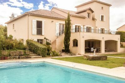 Villa de luxe spacieuse avec piscine privée chauffée et sauna sur un terrain de golf.