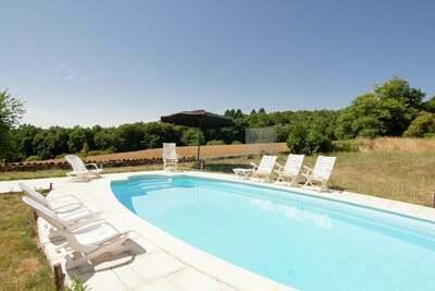 Maison de vacances spacieuse avec piscine privée à Roussines