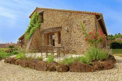Maison de vacances avec piscine commune, située au calme à Roussines