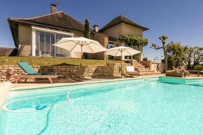 Villa confortable à Saint-Bonnet-la-Rivière avec piscine