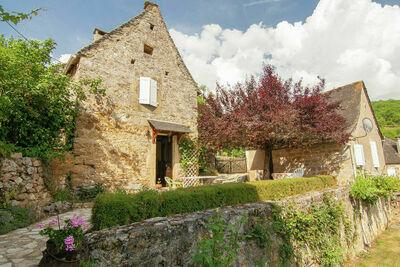 Gîte pittoresque à Roziers avec terrasse