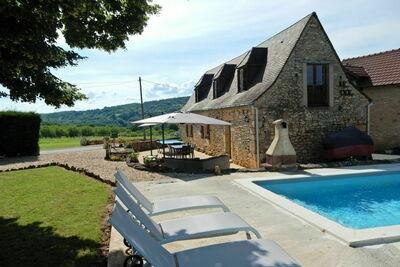 Maison de vacances cosy à Saint-Léon-sur-Vézère avec piscine
