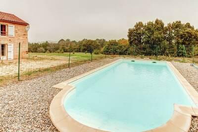 Maison de vacances spacieuse avec piscine privée à Loubejac