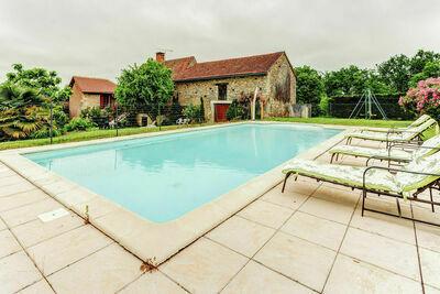 Maison de vacances confortable à Besse avec piscine