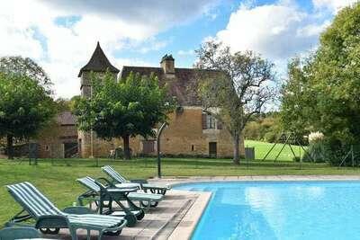 Ancien maison de vacances avec piscine à Besse