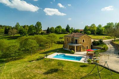 Maison de vacances paisible à Mazeyrolles avec piscine