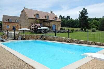 Maison au design élégant avec piscine à Meyrals