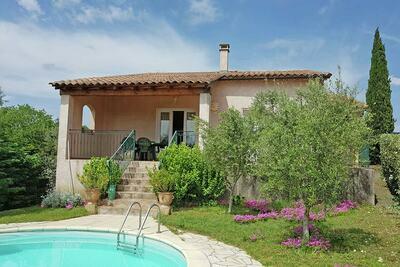 Villa moderne avec piscine privée à Saint-Laurent-de-Carnols