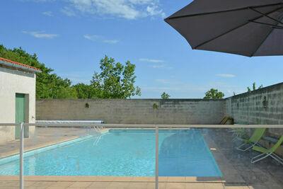 Villa simpliste à Barjac avec piscine