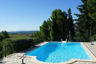 Villa avec piscine, vue et restaurant à distance de marche