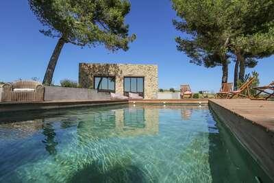 Jolie maison avec piscine sur un vignoble à Aspiran
