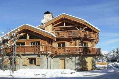 Beau chalet avec cheminée à seulement 50 m des pistes de ski