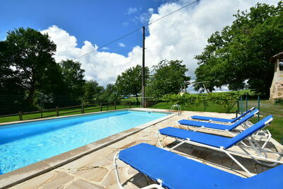 Charmante maison de vacances à Rueyres avec piscine