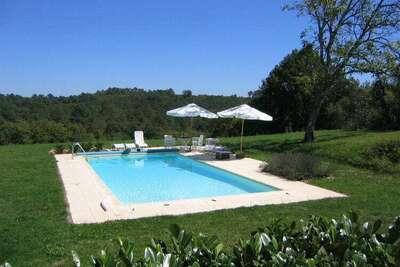 Vieille maison de vacances avec piscine à Montcléra