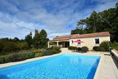 Maison de vacances avec piscine privée à Montcléra en France