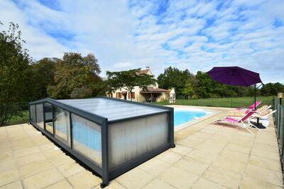 Maison de vacances spacieuse avec piscine privée à Uzech